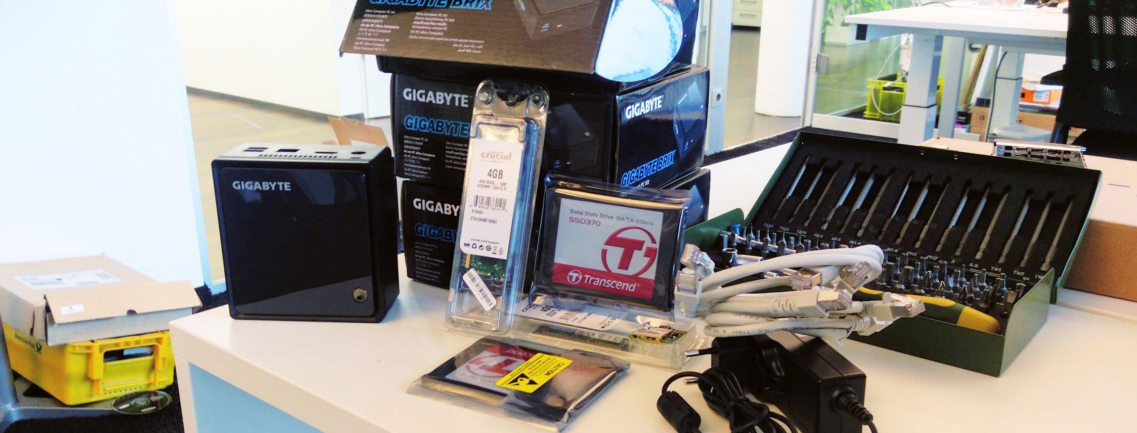 Ein Foto der Bauteile für das inovex-Micro-RZ