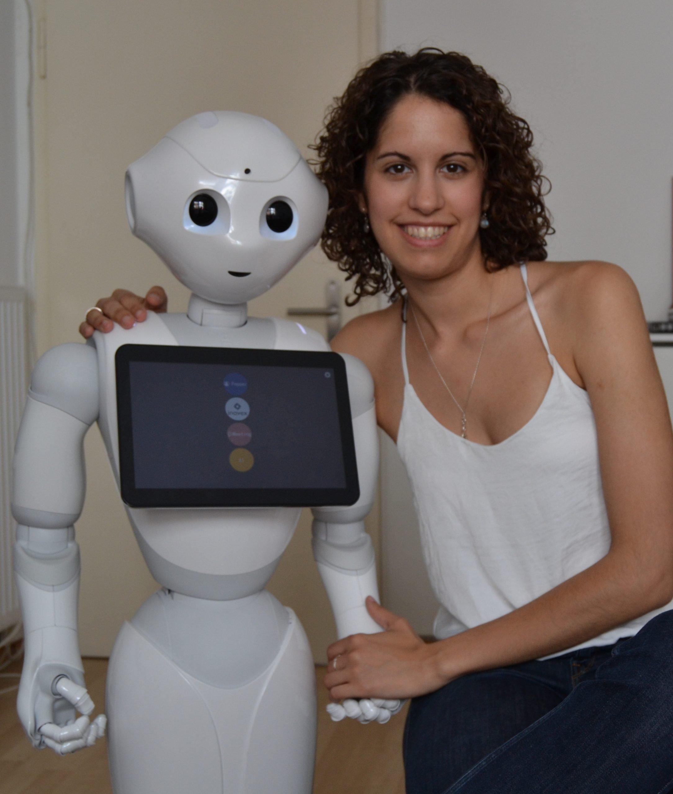 Silvia Santano mit Roboter Pepper