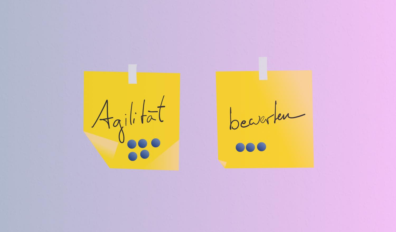 Zwei Post-its mit den Wörtern Agilität und bewerten sowie Bewertungspunkten