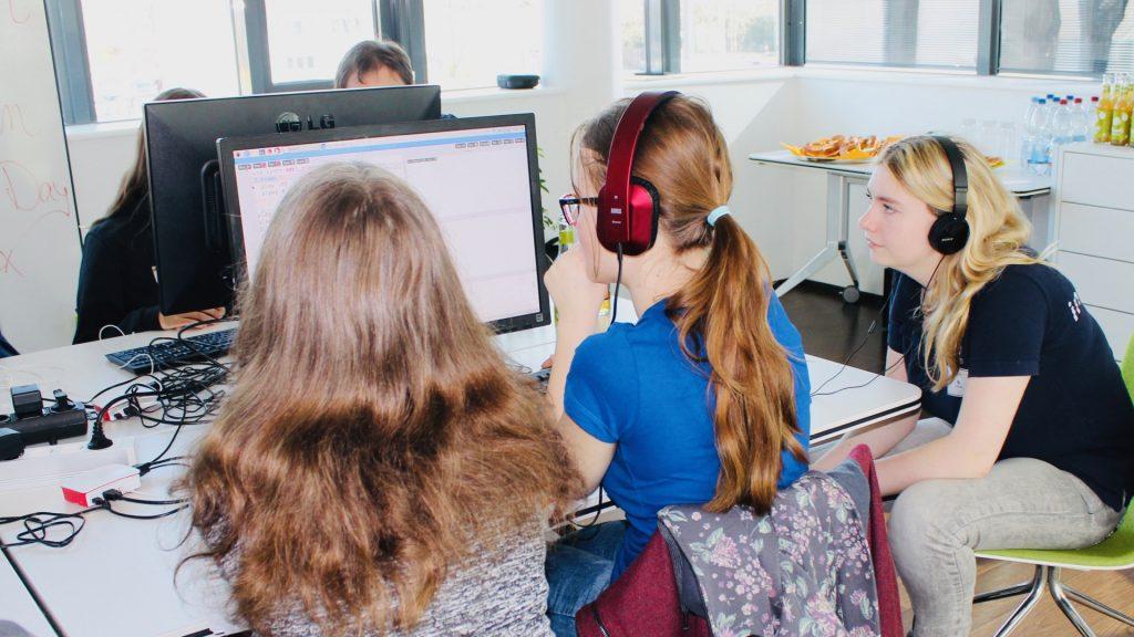 Mädchen lauschen am Kopfhörer ihrer Kompoistion