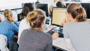 Alessa hilt einem Mädchen beim Programmieren