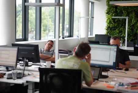 Zwei Männer arbeiten am Schreibtisch