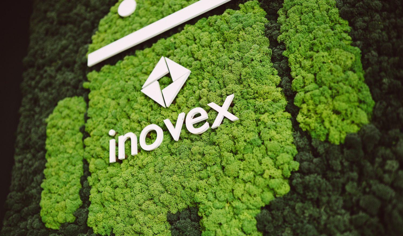 Das inovex-Logo auf dem Android-Logo