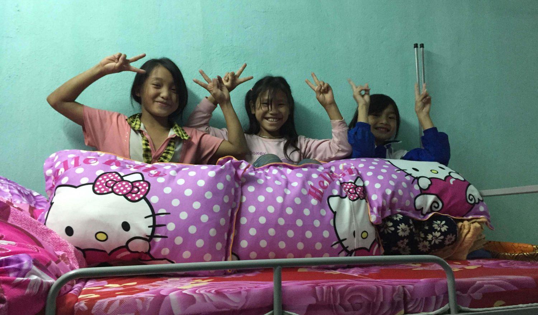 Bild der Mädchen aus der LOAN-Stiftung mit Kissen in der Hand