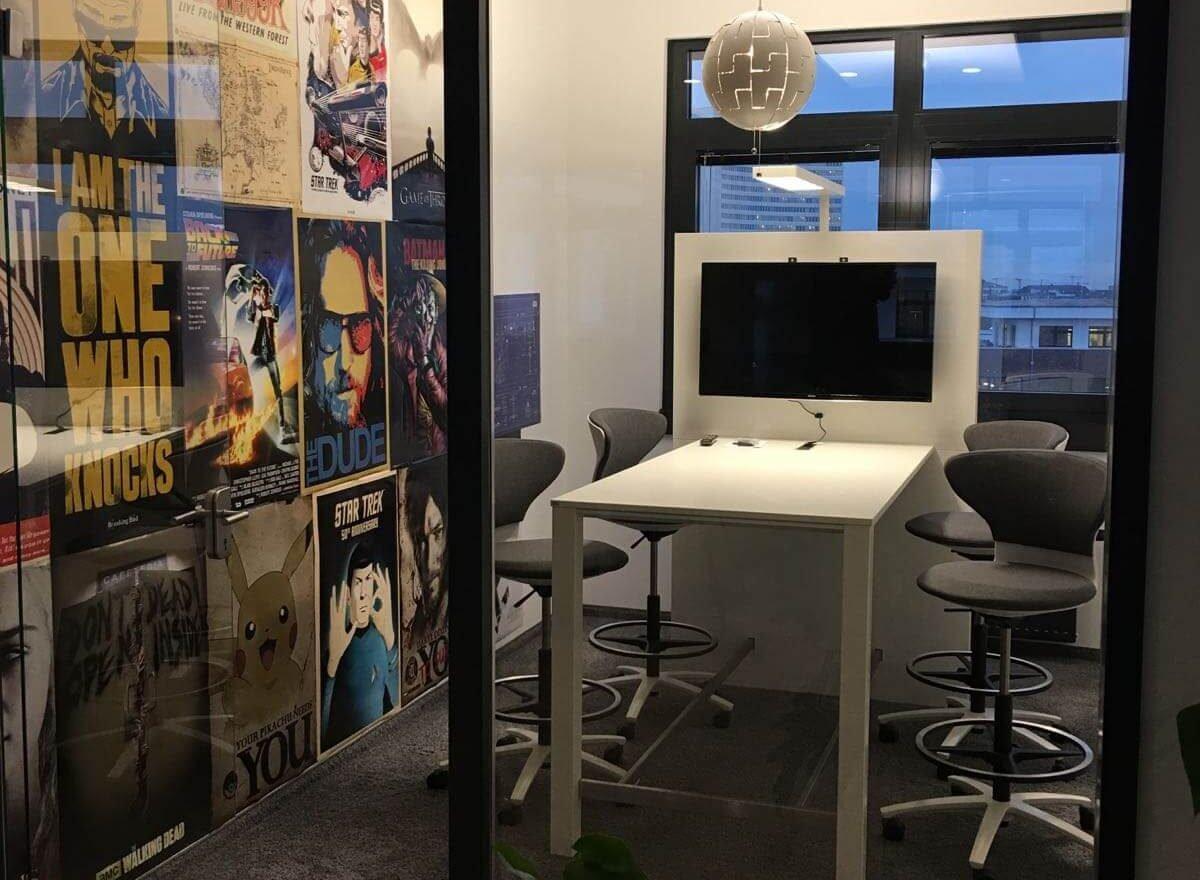 Besprechungsraum mit Postern im Office