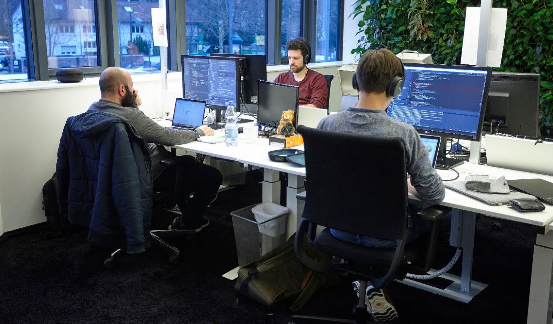 Drei inovex-Mitarbeiter im Großraumbüro