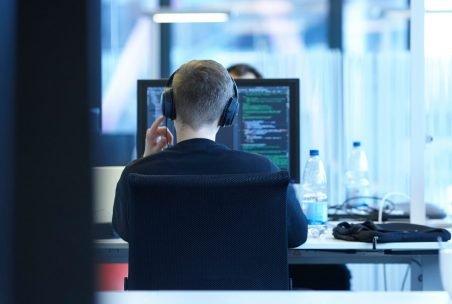 Rückenansicht eines inovex-Mitarbeiters im Arbeitsbereich