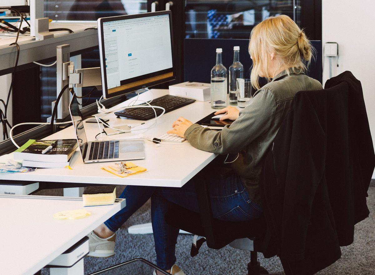 Eine Kollegin arbeitet im Büro