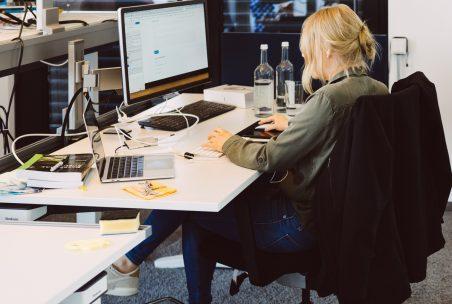 Eine Kollegin arbeitet im Büro.