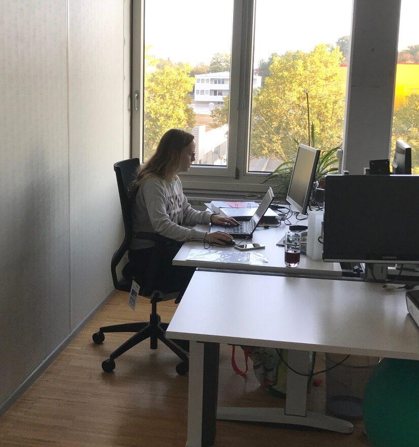 Eine Frau arbeitet im Pforzheimer Büro