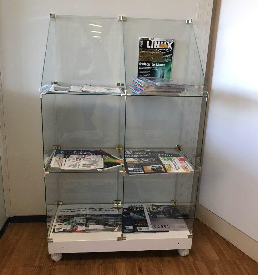 Zeitschriftenregal im Office