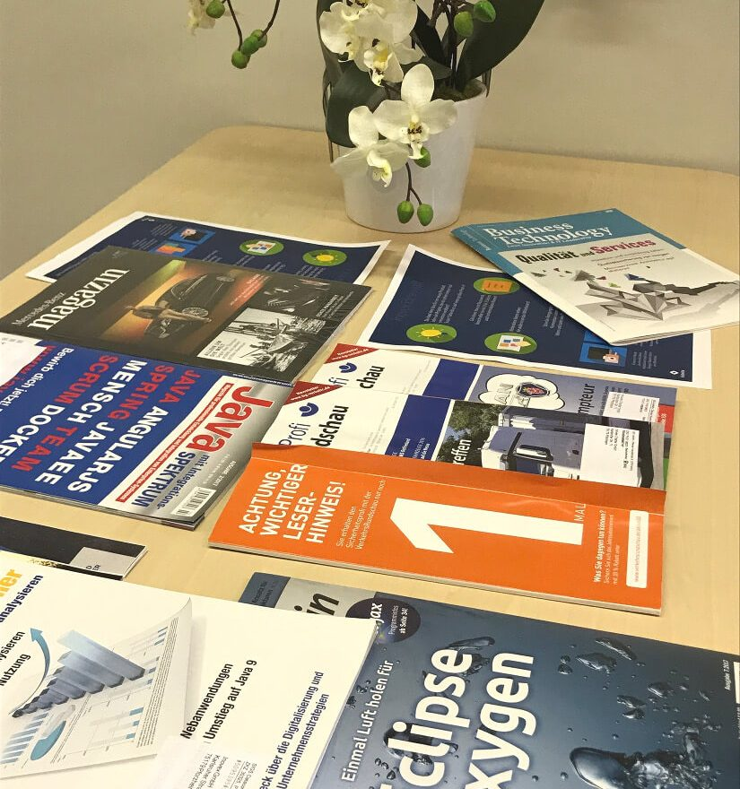 Einen Tisch mit Zeitschriften im Office Pforzheim