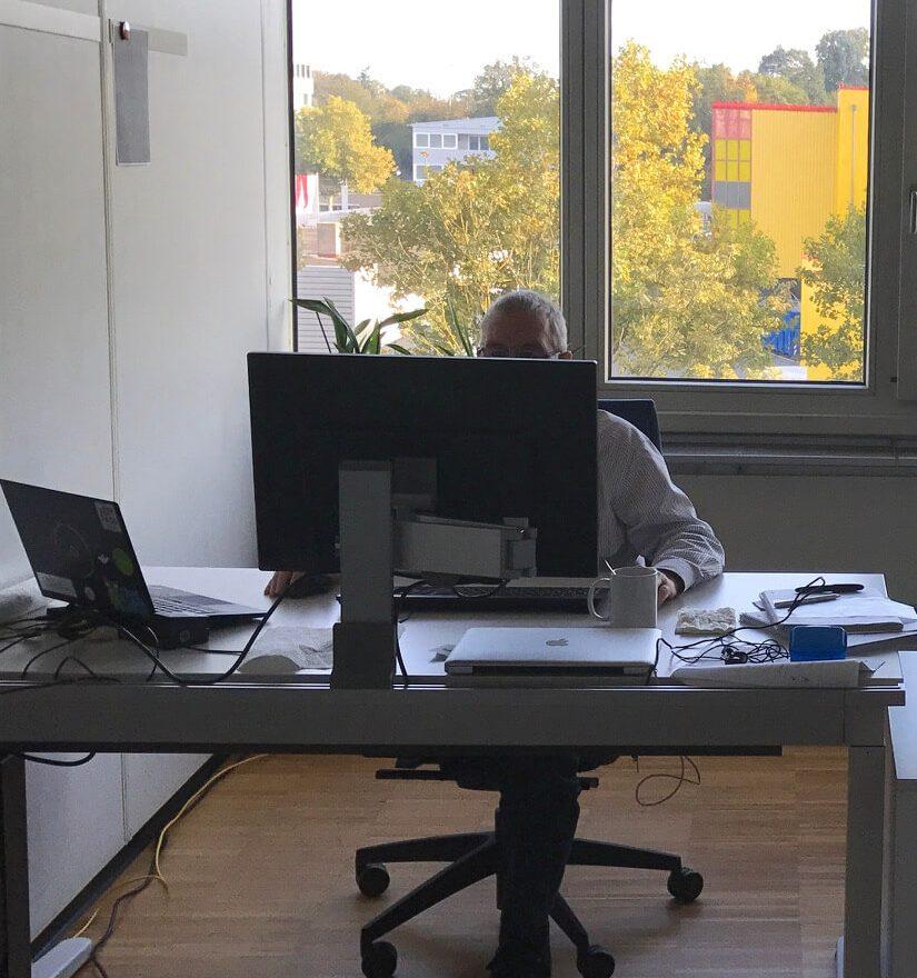 Ein Mitarbeiter arbeitet im Office Pforzheim