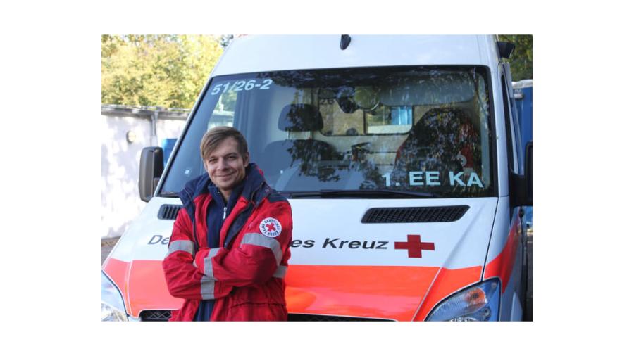 Igor vor einem Krankenwagen