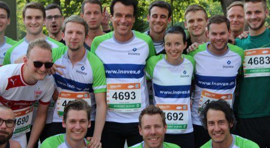 Eine Gruppe Läufer in inovex-Trikots