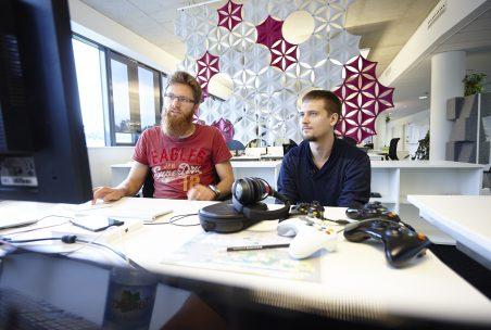 Zwei junge Männer am Schreibtisch