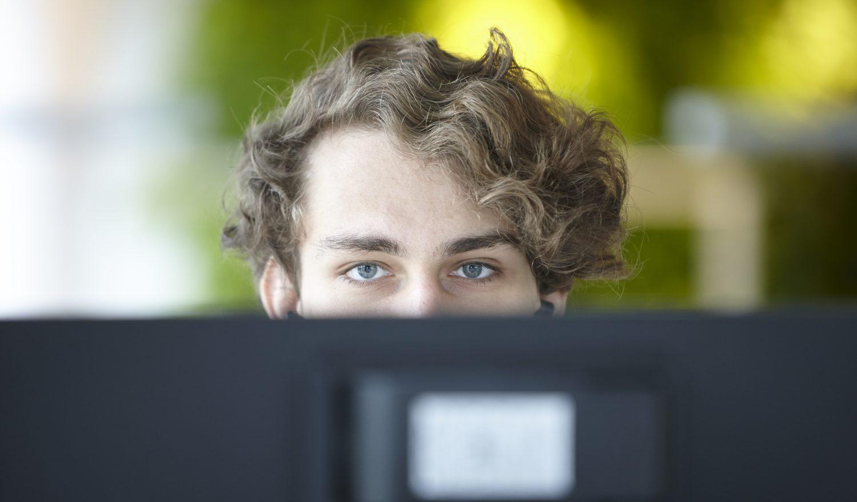 Mann hinter Bildschirm