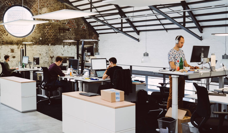 Kollegen arbeiten im Office in Köln